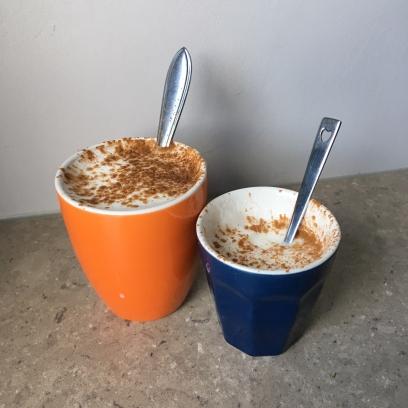 mijn koffie en meneer z'n kindercappuccino