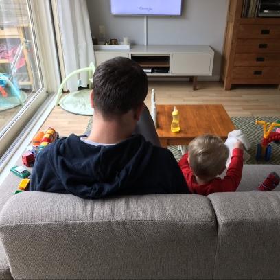 De mannen kijken thuis nog een filmpje