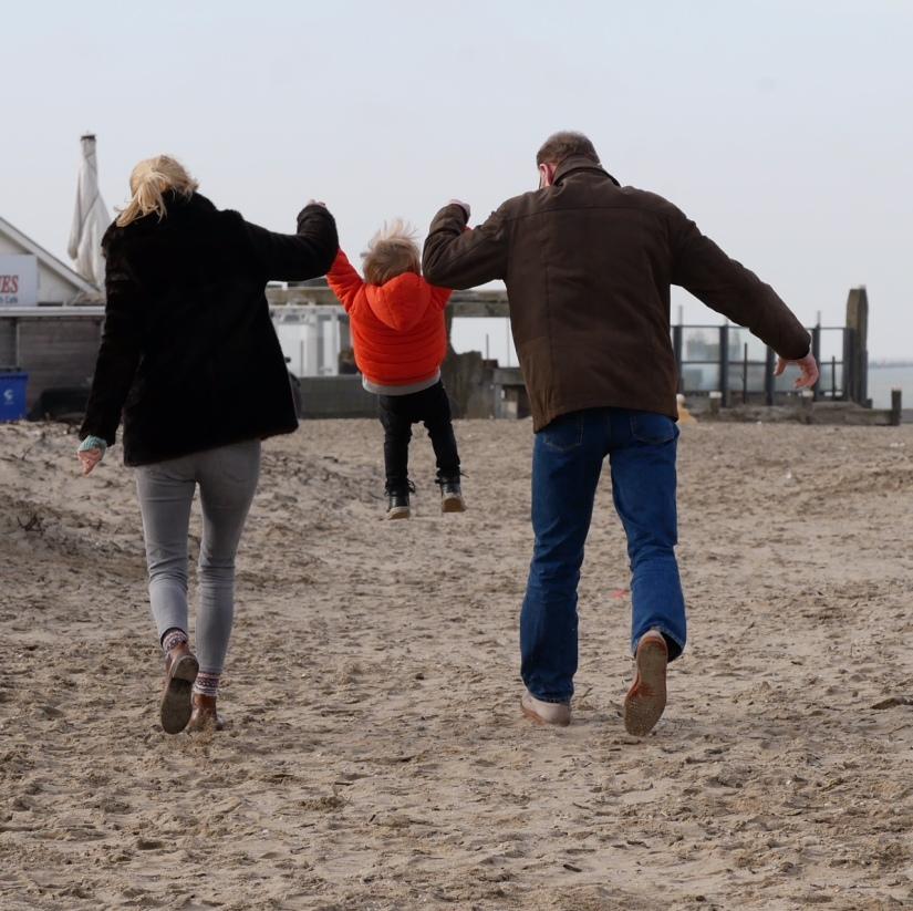 op het strand spelen